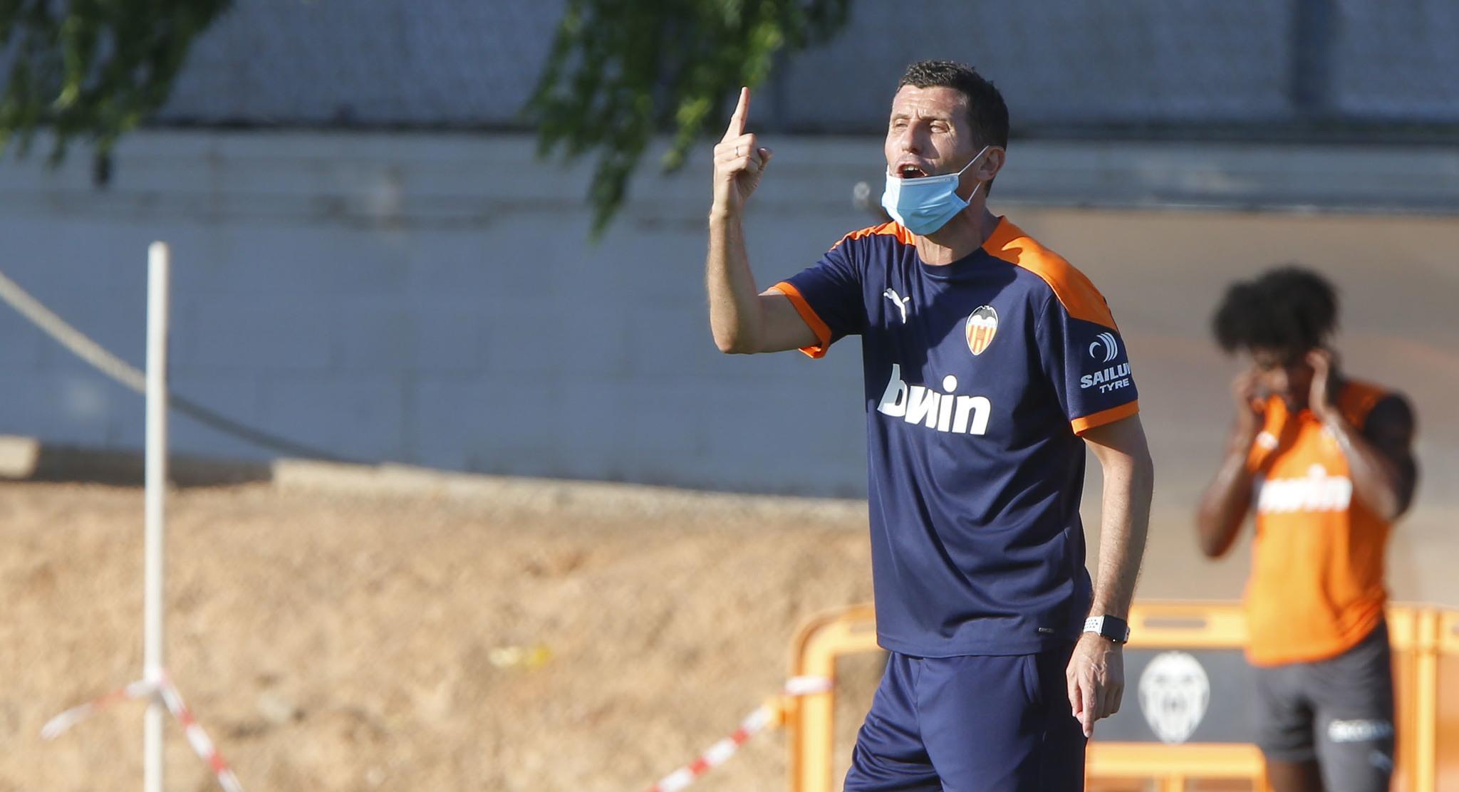 Javi Gracia, en una sesión de entrenamiento con el Valencia