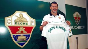 Almirón, en su presentación como nuevo entrenador del conjunto...