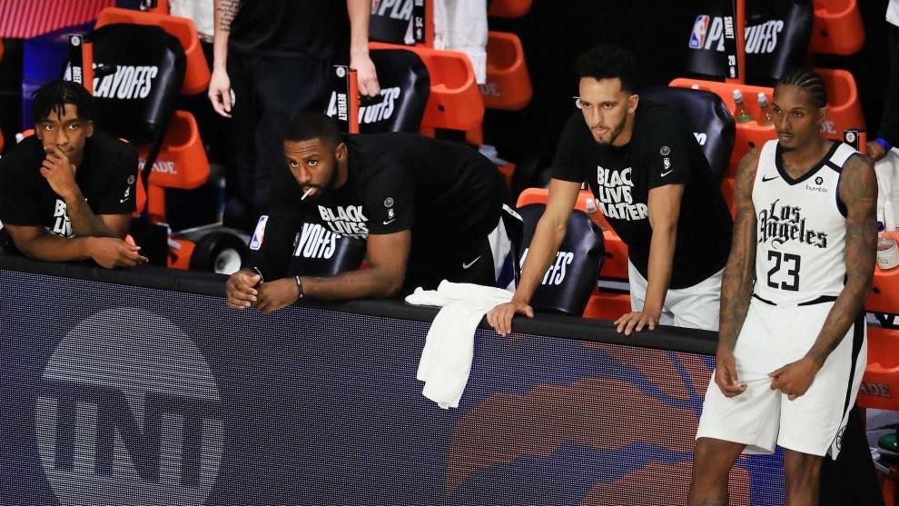 El banquillo de los Clippers, con cara de pocos amigos. AFP