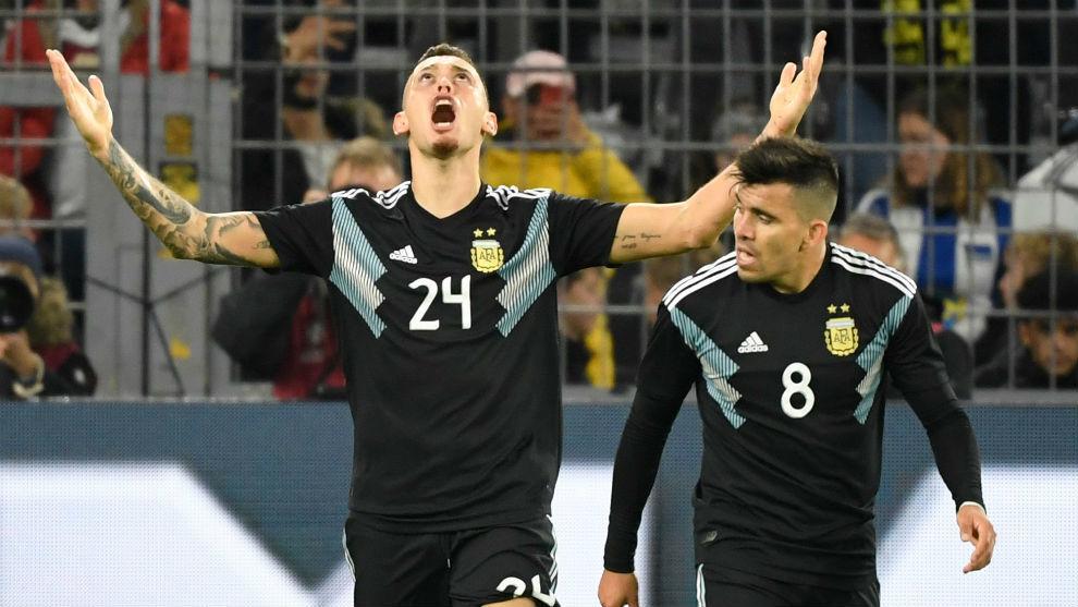 Lucas Ocampos (26) y Marcos Acuña (28), en un partido de Argentina...