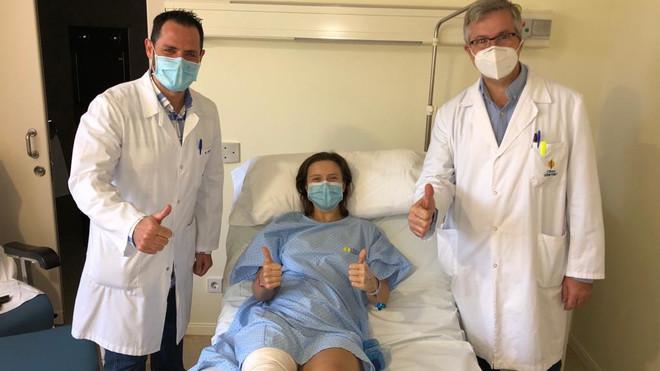 Rosario Urban, con los doctores Flores (izquierda) y Leyes /