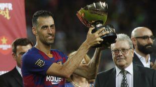 Busquets levantando el último trofeo Joan Gamper el año pasado