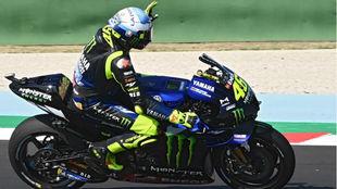 Valentino Rossi saluda en Misano, con su casco especial.