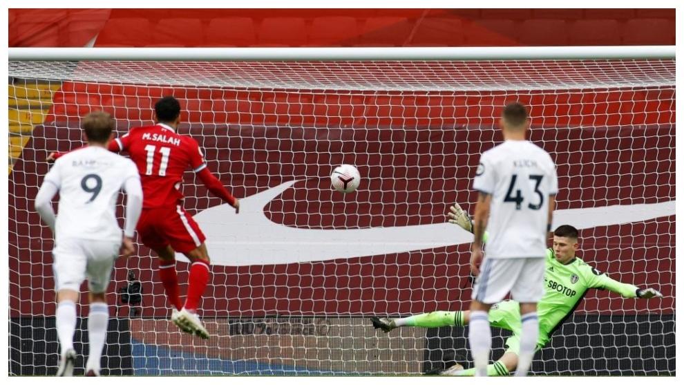 Salah bate de penalti a Meslier.