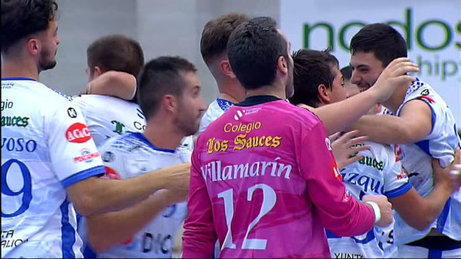 Los jugadores del Cisne celebran su primera victoria en la Liga Asobal...