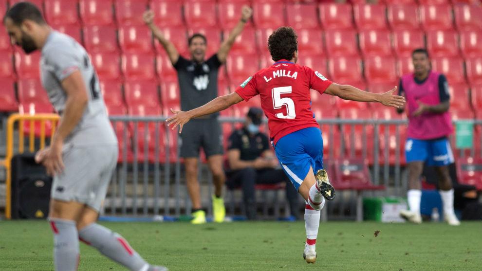 Luis Milla celebra su primer gol en Primera el día de su debut con el...