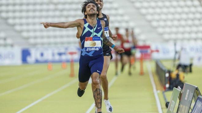 Fernando Carro celebra la victoria en los 3.000 obstáculos