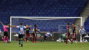 Los jugadores del Espanyol celebran el gol de Óscar Melendro, el...