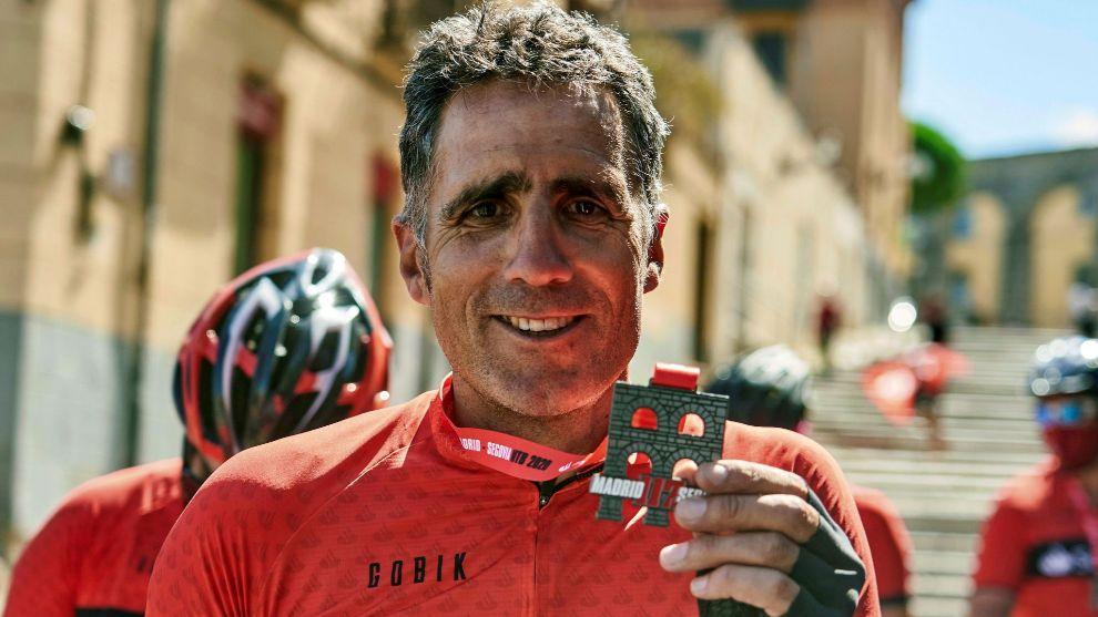 Indurain, con la medalla de 'finisher' de la Madrid-Segovia.