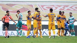 Los jugadores de Tigres en festejo de gol de Gignac
