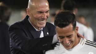 Zinedine Zidane y Lucas Vázquez celebran el título de Liga.