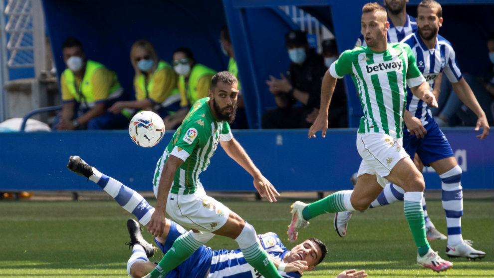 Borja Iglesias pugna por un balón