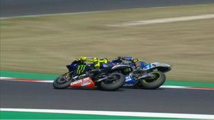 Mir pasa por el interior a Rossi.