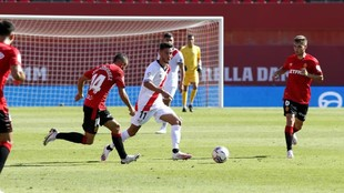 Andrés Martín intenta controlar el balón ante Febas y Dani...