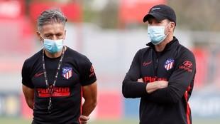 Nelson Vivas y Simeone, durante un entrenamiento.