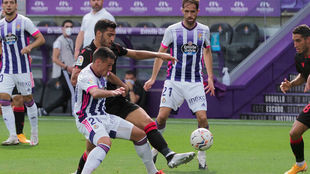 San Emeterio y Mikel Merino disputan un balón.