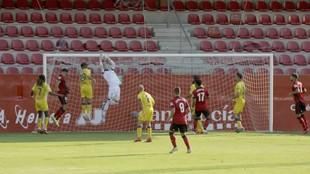 El meta alcorconero Dani Jiménez ataja el balón