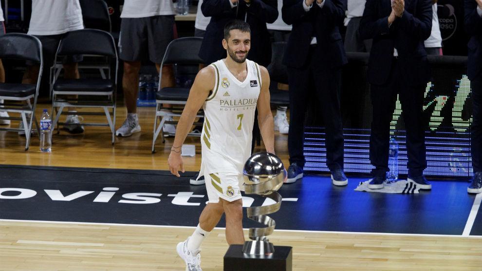 Campazzo y el trofeo de la Supercopa