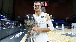 Alberto Abalde with the trophy