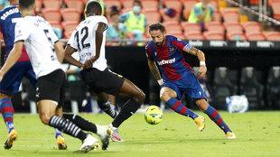 Morales en un lance del partido con el Levante en Mestalla.