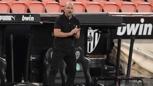 Paco López da instrucciones durante el partido disputado en Mestalla.