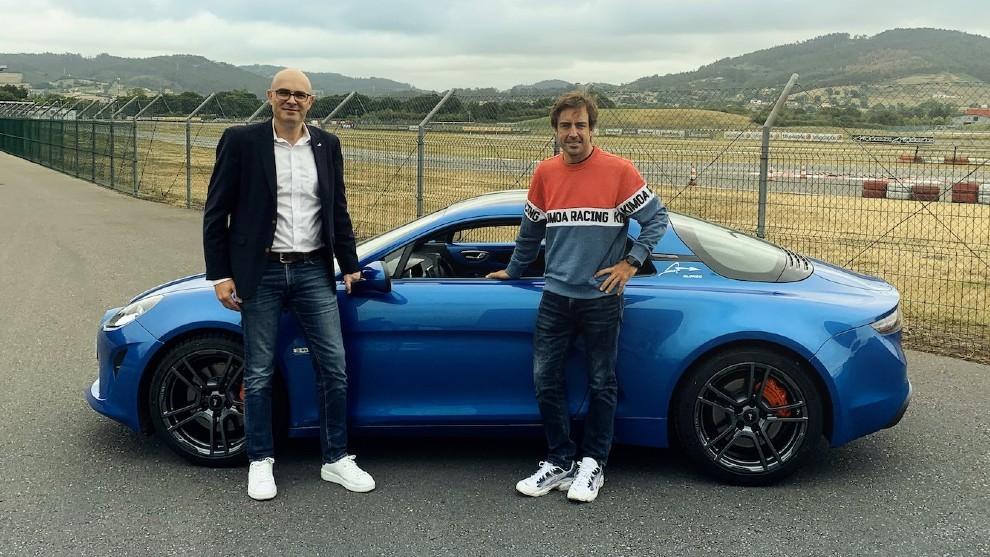 Bruce Pillard, director de márketing de Alpine junto a Fernando...