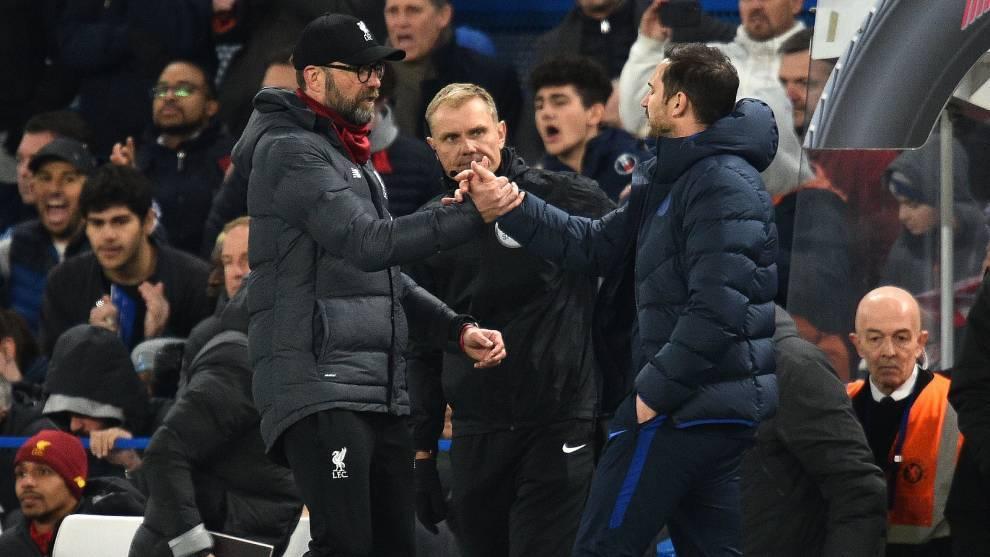 Klopp y Lampard se dan la mano sobre el terreno de juego