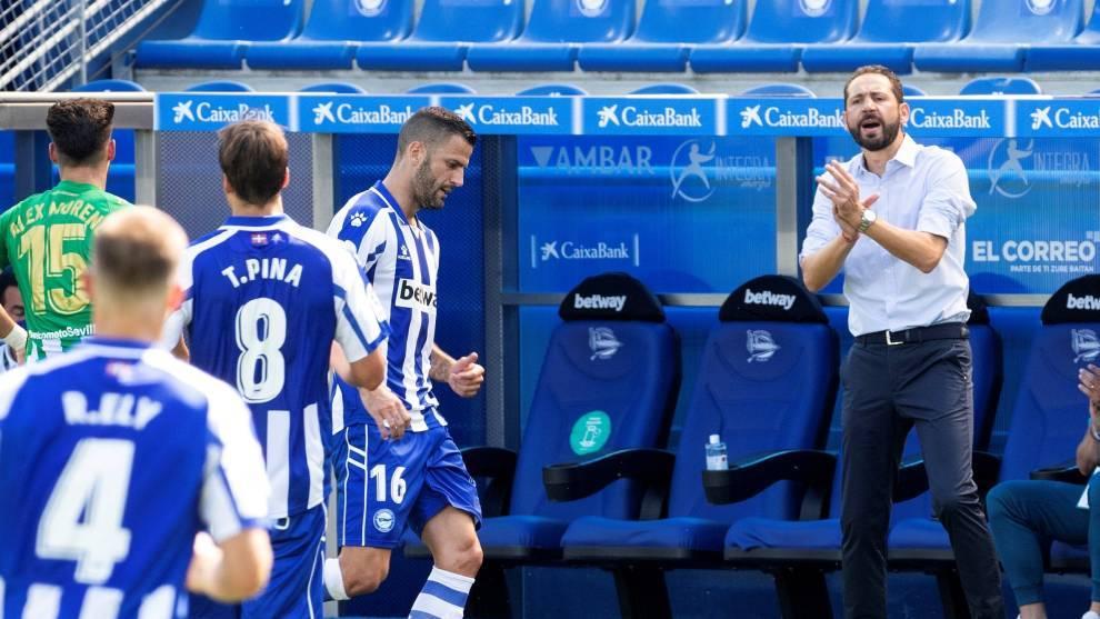 Pablo Machín da indicaciones en el partido ante el Betis