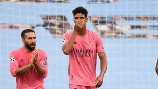 Varane se lamenta tras uno de sus errores en el Etihad