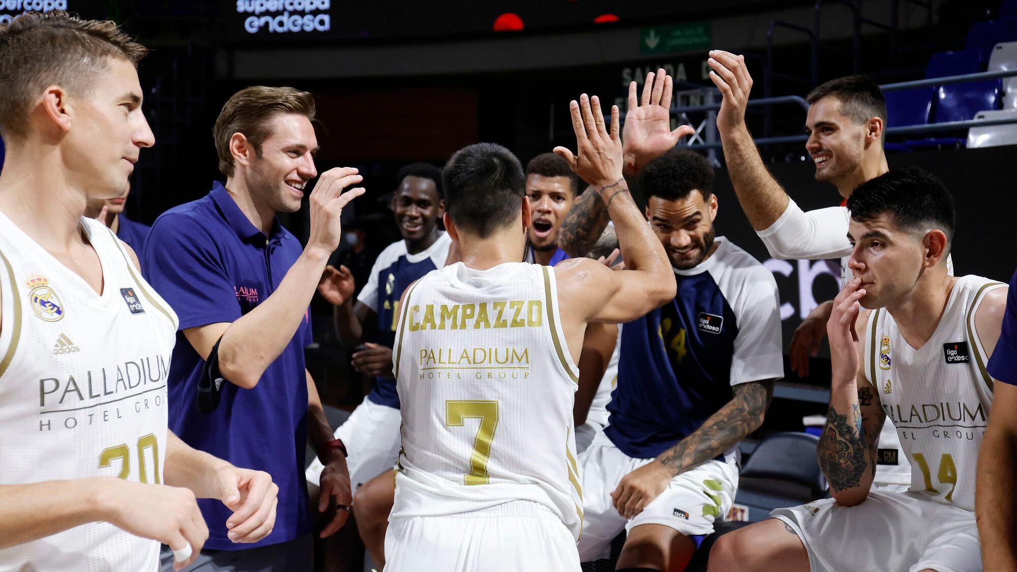 Facundo Campazzo, felicitado por sus compañeros tras ser nombrado MVP...