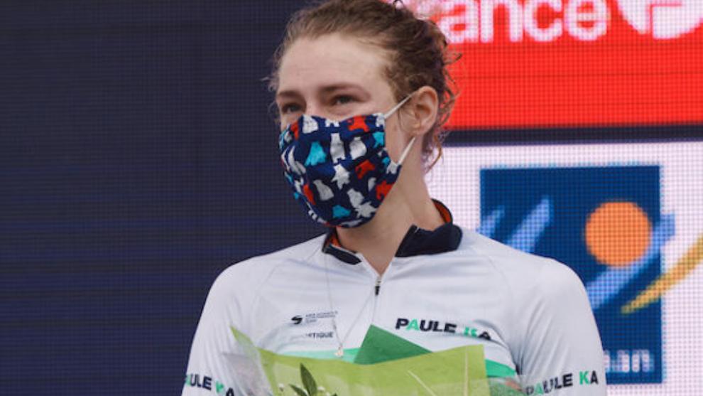 Elizabeth Banks, en el podio de la cuarta etapa del Giro Femenino.