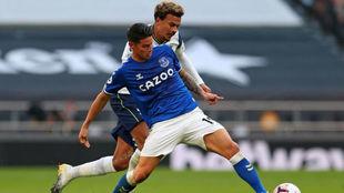James controla un balón en su debut con el Everton