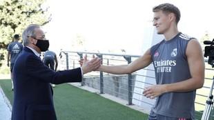 Odegaard saluda a Florentino Pérez en Valdebebas.