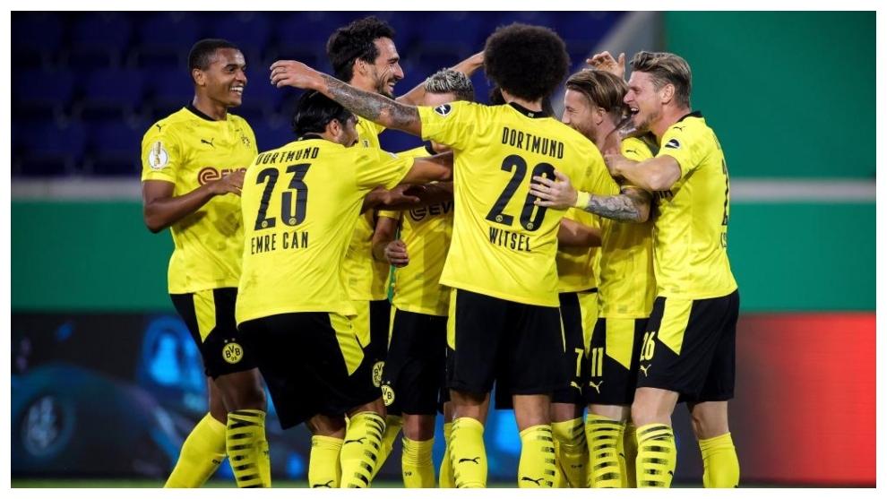Los jugadores del Dortmund celebran el gol de Reus.