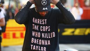 Así lució Lewis Hamilton la camiseta en el podio del GP Toscana.