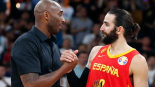 Kobe Bryant felicita a Ricky Rubio tras entregarle el MVP del Mundial
