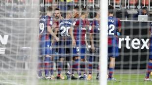 Los jugadores del Levante celebran uno de los goles de Morales en...