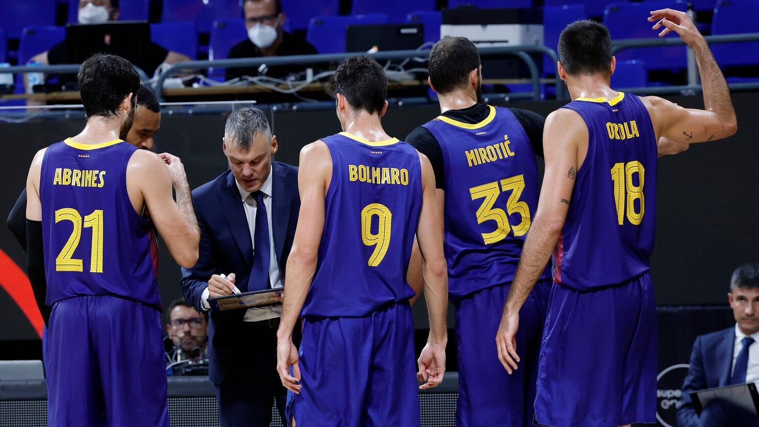 Sarunas Jasikevicius da instrucciones a sus jugadores durante un...