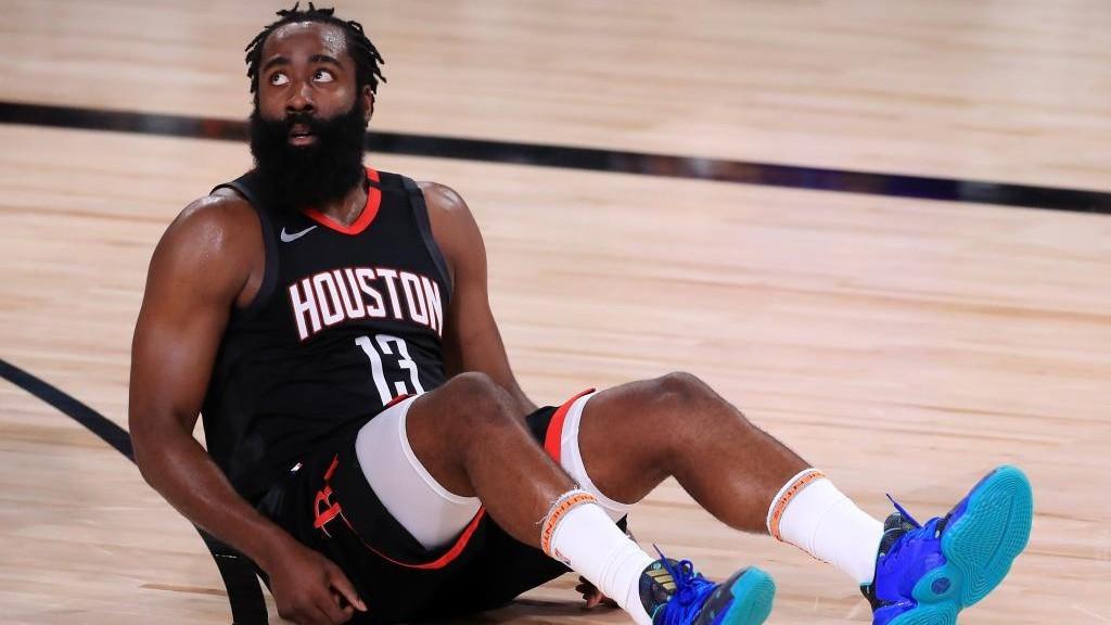 James Harden, sentado en el suelo durante uno de los partidos ante los...