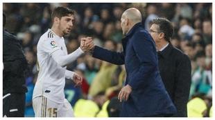 Valverde saluda a Zidane tras ser sustituido en el último Real...
