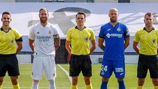 Los capitanes Ramos y Timor, junto a los árbitros del amistoso Real...