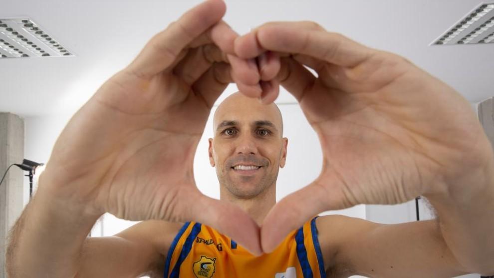 Albert Oliver posa haciendo el símbolo del corazón en un reportaje...