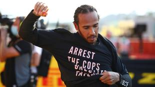 Lewis Hamilton con su playera anti racismo en el GP de la Toscana.
