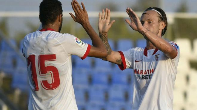 Rakitic celebra con En-Nesyri uno de los goles.