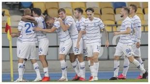 Los jugadores del Dinamo Kiev celebran el gol de