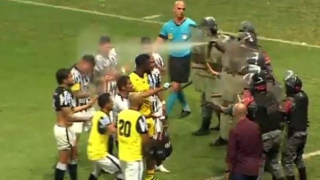 Policía lanza gas pimienta a futbolistas para defender al árbitro.