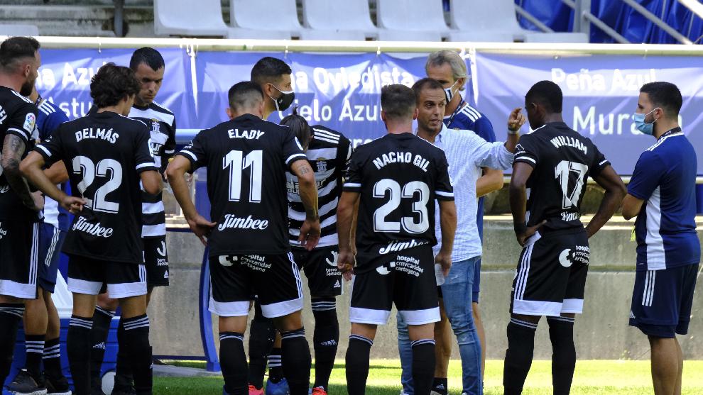 Los jugadores del Cartagena escuchan a su entrenador.