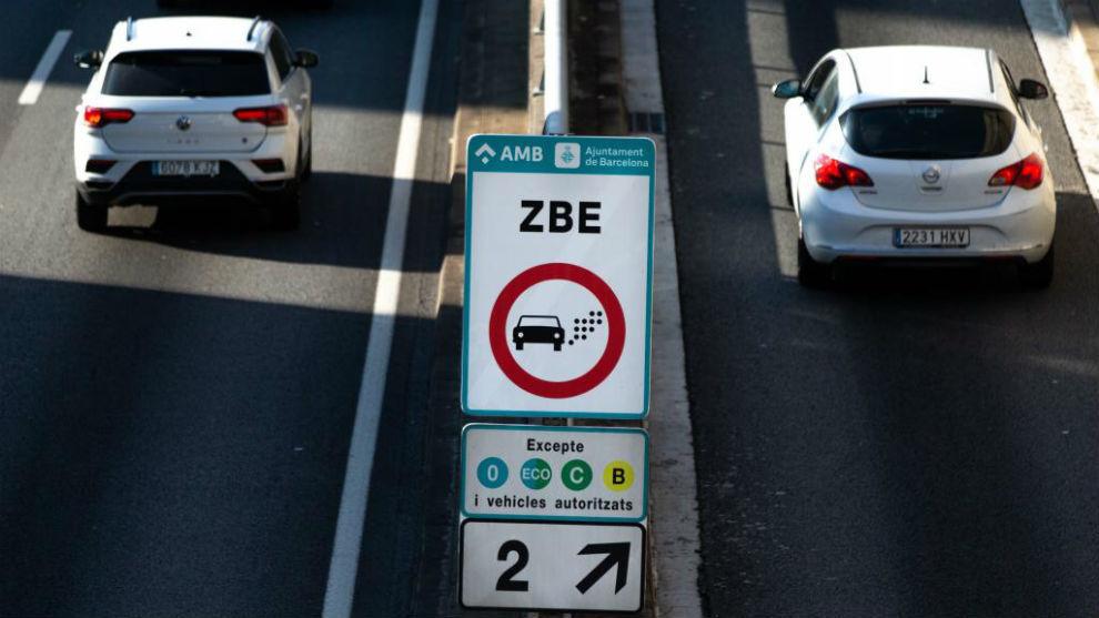 Dos coches circulan por la Zona de Bajas Emisiones (ZBE) de Barcelona.