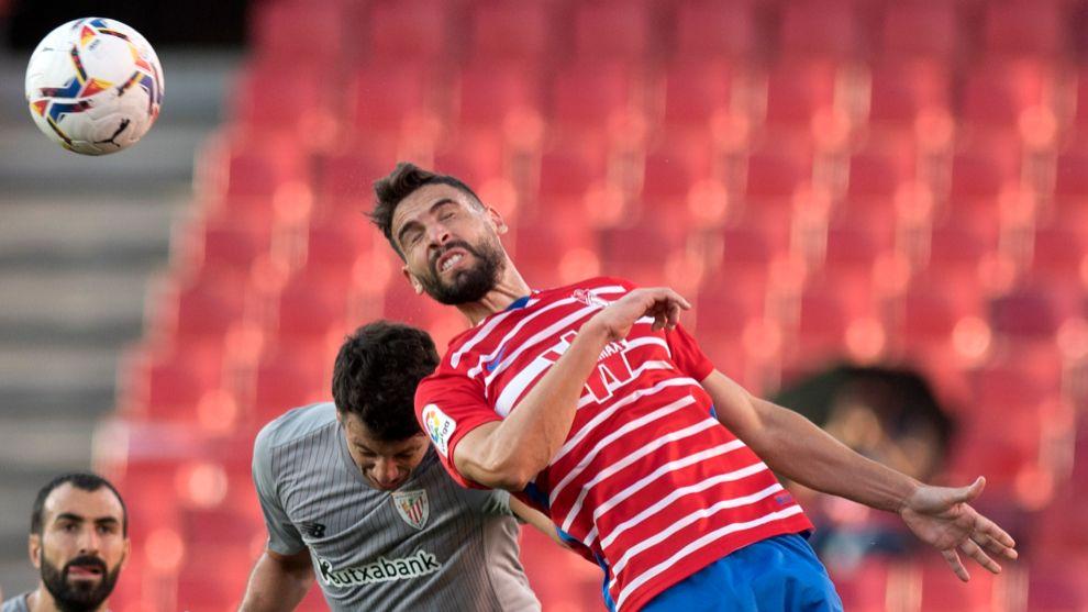 Vesga salta con Yangel Herrera en el partido ante el Granada.