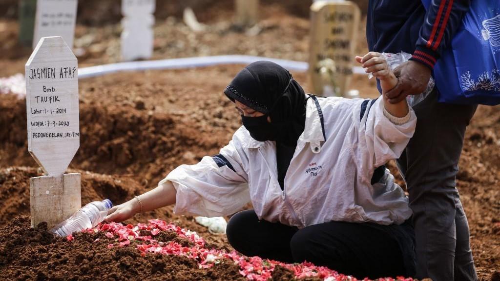 Indonesia pone a los negacionistas a cavar tumbas de muertos por...